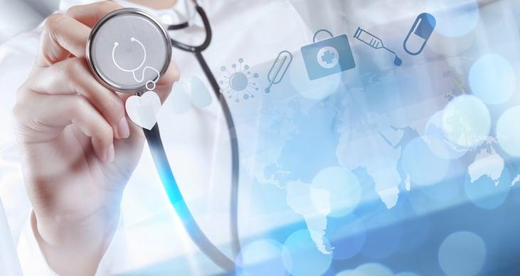 Managed IT in Arztpraxis: Arzt mit Stethoskop und IT-Interface